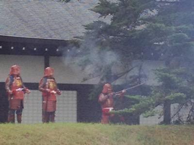 彦根城 彦根鉄砲隊の古式砲術公開訓練演武のようす